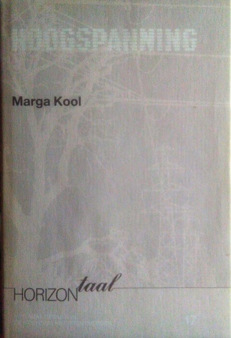 Kool , Marga . [ isbn 9789065090232 ]  3208  ( Gesigneerd door de auteur . ) - Gedichten . )   Hoogspanning . ( Nederlandse en Drentse gedichten . ) Gesigneerd met een kleine opdracht door de dichteres .{ 16 - 4 1999 }