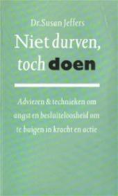 Jeffers , Susan . [ ISBN 9789025291945 ] - Niet Durven , Toch Doen ! ( Adviezen & Technieken om angst en besluiteloosheid om te buigen in kracht en actie . ) Wat houdt ons tegen om de persoon te zijn die we willen zijn, om de dingen te doen die we willen doen?  -