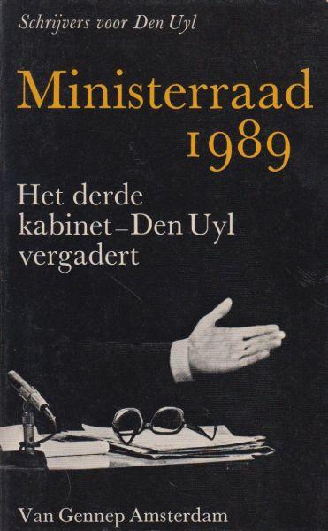 Schrijvers voor Den Uyl (Hedy d'Ancona, H. Beerenboom, H. Brandt Costius, Marcel van Dam, R. Ferdinandusse, Wouter Gortzak, V. Halberstadt, Hans Hofhuis, Flip de Kam, A.J.F. Kobben, J. en D.A. Kooiman, Hans van Mierlo, Ton Planken, Agreet Scherphuis - Ministerraad 1989. Het derde kabinet-Den Uyl vergadert.