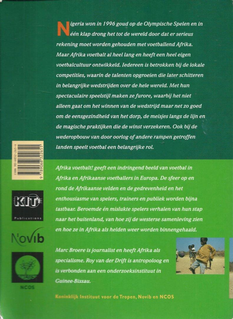 Broere, Marc & Roy van der Drift - AFRIKA VOETBALT ! Afrika voetbalt geeft een indringend beeld van voetbal in Afrika en Afrikaanse voetballers in Europa