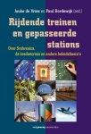 Vries, Jouke de & Bordewijk, Paul - Rijdende treinen en gepasseerde stations / over Srebrencia, de kredietcrisis en ander beleidsfiasco's