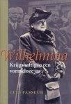 Fasseur, Cees - Wilhelmina Krijgshaftig in een vormeloze jas