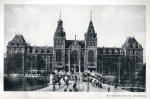 Muermans, A. - HET HUIS AAN DE KADE. De roemvolle historie van het Rijksmuseum te Amsterdam en van al die zaken, waarin een klein volk groot kan zijn. Met een woord vooraf van Dr. F. Schmidt Degener, Hoofd-Directeur van het Rijksmuseum te Amsterdam
