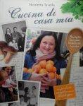 Tavella , Nicoletta . & Gabriella Formigoni . [ isbn 9789081892605 ]  ( Het boek is gesigneerd met een kleine opdracht van Nicoletta . ) - Cucina di Casa Mia . ( Cucina di casa mia is een nostalgisch en inspirerend kookboek, met verhalen over moeders en oma's, familierecepten en geslaagde kookexperimenten. De Italiaanse Nicoletta Tavella – koken zit in haar bloed -