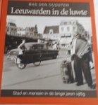 OUDSTEN, Bas den - Leeuwarden in de luwte / stad en mensen in de lange jaren vijftig