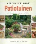 PHILIPS, SUE EN NEIL SUTHERLAND. - Beeldgids voor patiotuinen. Een stap-voor-stap gids voor patiotuinen