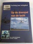 Bouwens, drs. A.M. C. M. en Dierikx, dr. M. L. J. - Op de drempel van de lucht. Tachtig jaar Schiphol