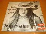 Uitvlugt, Martin - De vrouw in haar jaar, meisjes, vrouwen en dames van het vrijmoedige Nederland, wat veranderde en wat bleef: het jaar van de vrouw 1975 in Nederland, een fotoboek van Panorama