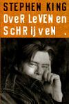 King, Stephen - Over Leven en Schrijven (cjs) Stephen King COLLECTORITEM (NL-talig) ISBN 9024540801, Boek lijkt als nieuw met 1 licht rimpeltje in de rug (vrijwel niet te zien). Strak in de kaft. Originele briefkaart voor inschrijving op D&D zit er nog in!
