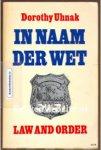Uhnak, Dorot - IN NAAM DER WET. Dit is een boek waarin veel gebeurt. Tedere familietaferelen wisselen harde politiepraktijken af. Het is een rijk geschakeerd boek waarin vele personen optreden.