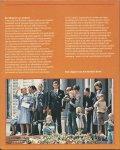 Koningshuis - Henk Denters & Johan Jongma - HET AANZIEN VAN- DE 32 JAREN VAN JULIANA - EEN ORANJE GETINT TIJDSBEELD VAN 1948-1980