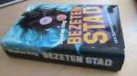 King, Stephen - Bezeten Stad (cjs) Stephen King (NL-talig) Hardcover met omslag 9024504716 in gelezen maar nette staat. Zie foto's