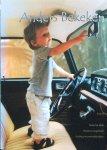 Klerk, Robert de en Langemeyer, Marianne (redactie) - Anders bekeken; een holistische benadering van het welzijn van kinderen