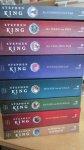 King, Stephen - * * * * *Donkere Toren, complete serie 8 delen (cjs) Stephen King. Complete serie met het medaillon voorop. Is waarschijnlijk wel gelezen, maar zoals je op de foto's kunt zien is dat bijna niet te zien.