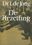 JONG. L. de - De Bezetting. Beeld van Nederland in de Tweede Wereldoorlog gepresenteerd op de televisie.